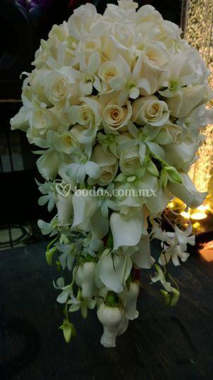Ramo de rosas y orquidias