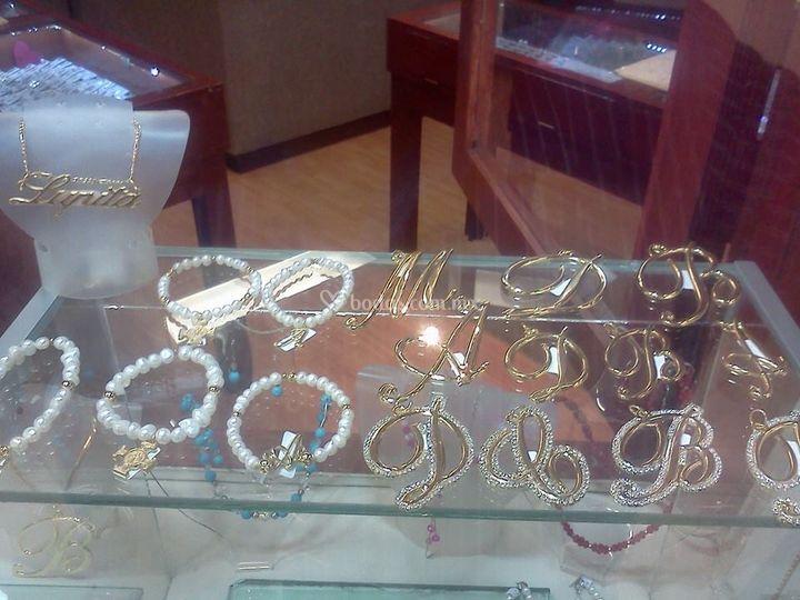 Pulseras perlas y letra dorada