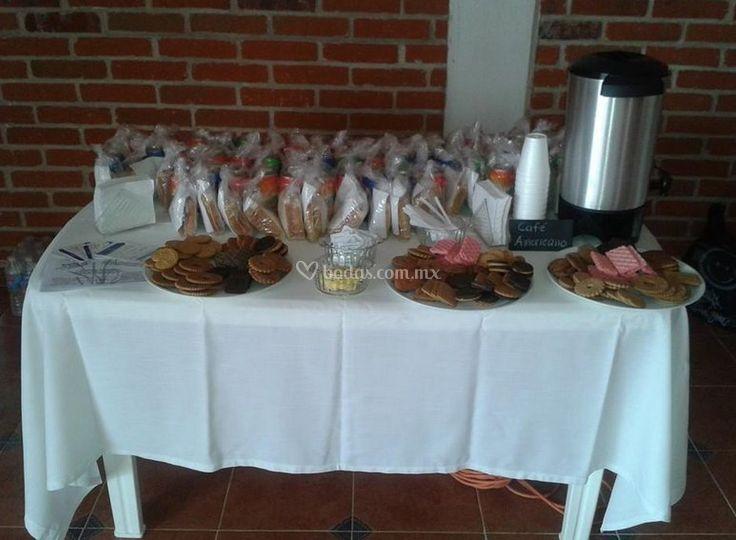 Mesa de dulces y café