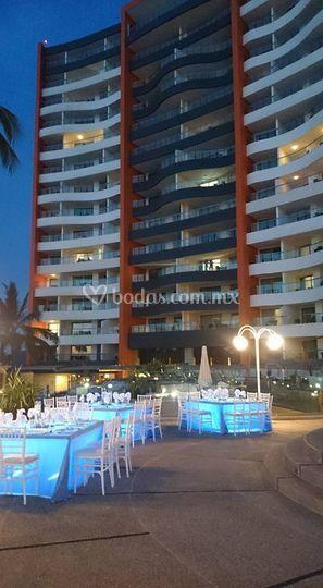 Vista nocturna hotel y jardin