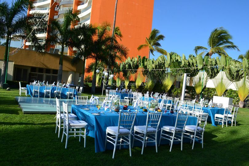 Montaje azul cielo en jardín
