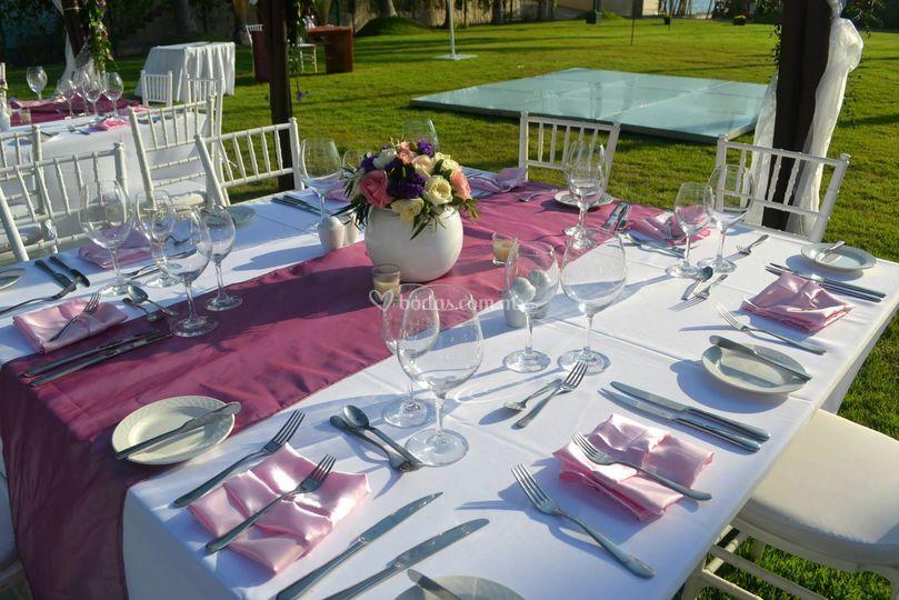 Mesa cuadrada con color lila