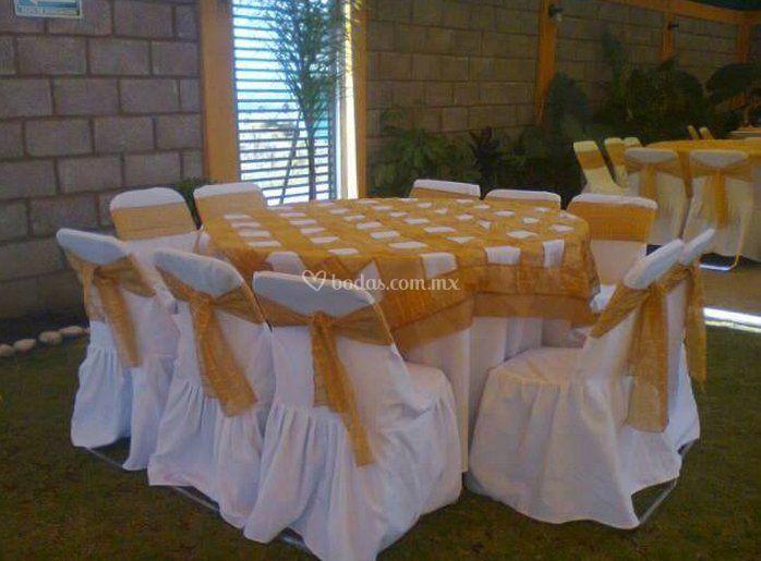 Mantel blanco y sobre mantel de cuadros
