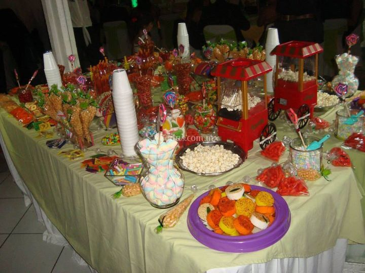 Mesa de dulces surtida