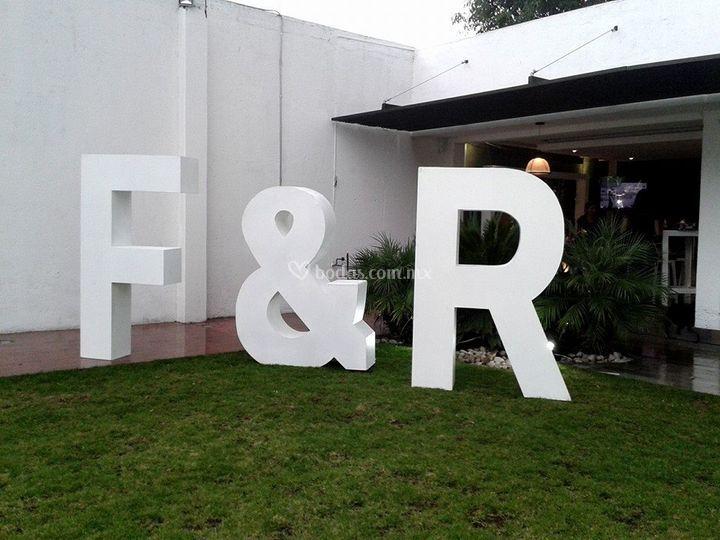 Letras gigantes 3D en jardín