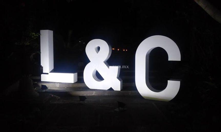 Letras gigantes 3D iluminadas