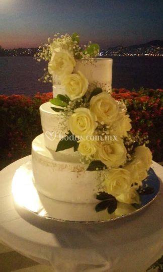 Pastel de crema con flores