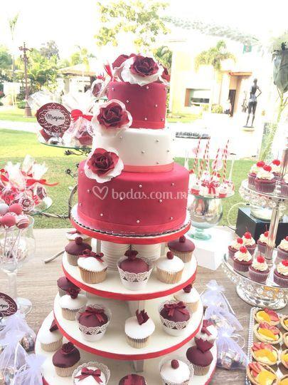 Pastel rojo con rosas