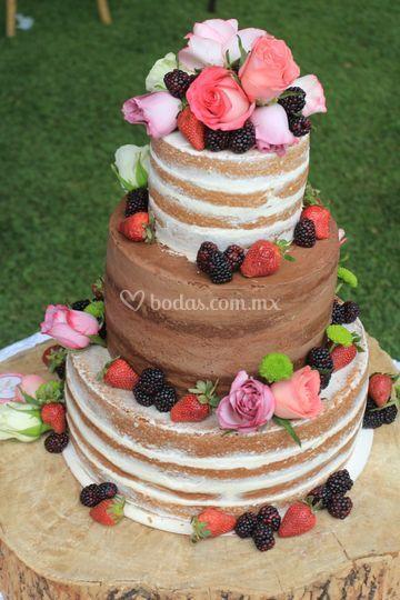 Nude cake frutos rojos, rosas