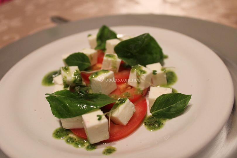 Ensalada de tomate con pesto