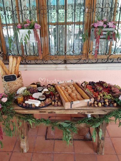 Mesa de carnes frías y quesos
