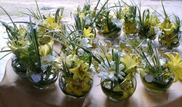 Centros de mesa  con lilis, casablanca y fino follaje