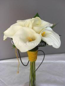 Hermoso ramo de novia diseñado de alcatraces