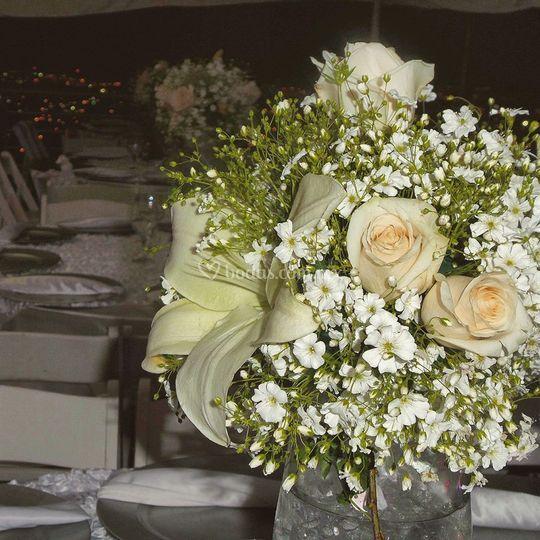 Centro de mesa rosas y lilis