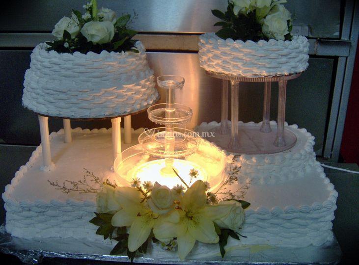 Pastel de boda con flor natura