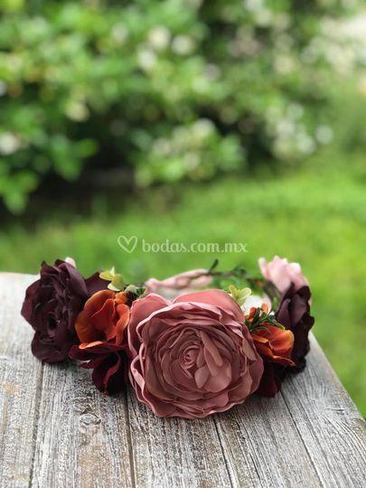 Corona de flores en tonos rosa
