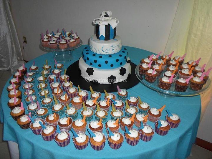 Pastel de fondant y cupcakes