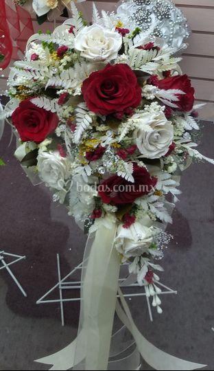 8 rosas rehidratadas y follaje
