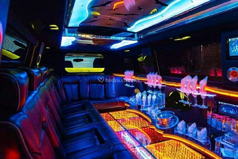 Interior limo hummer negra.