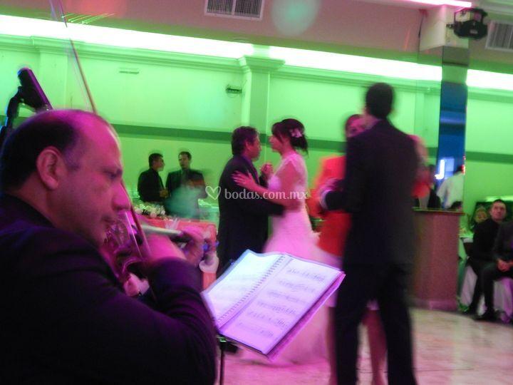 Músicos tocando en el vals