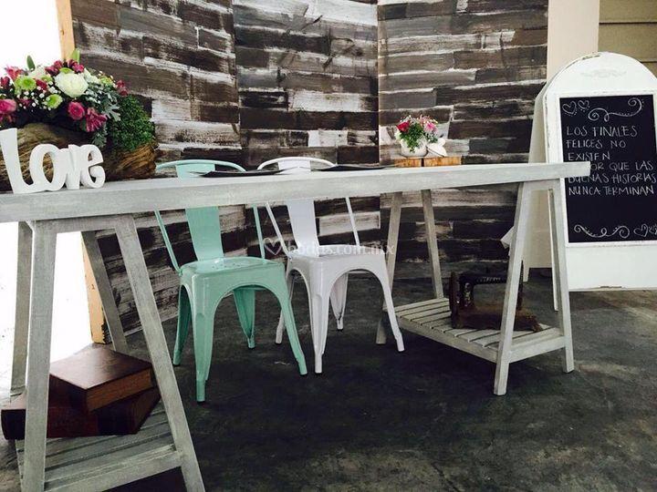 Mesa y sillas para novios