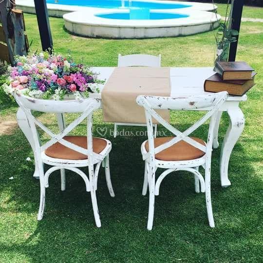 Mesa y silla para novios