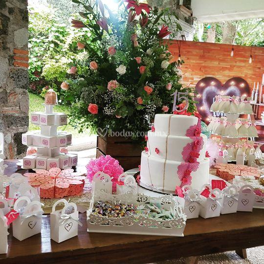Mesa de dulces con pastel
