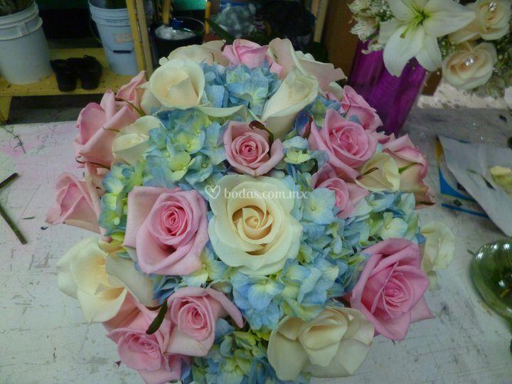 Ramo de gala rosas y hortencia