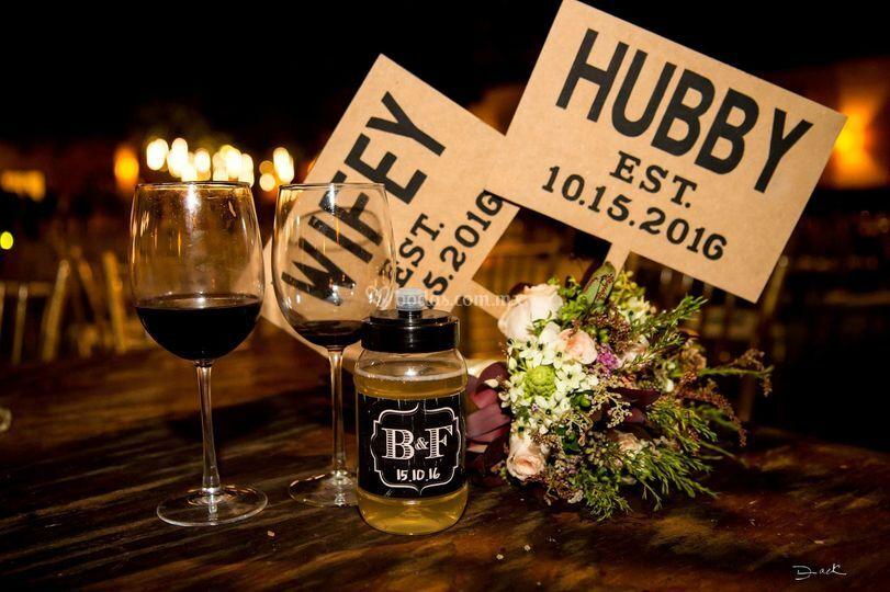 Wifey & Hubby letreros