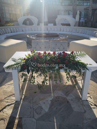 Mesa principal con rosas