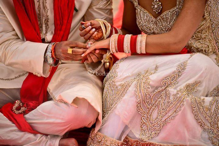 Pareja hindu en la ceremonia
