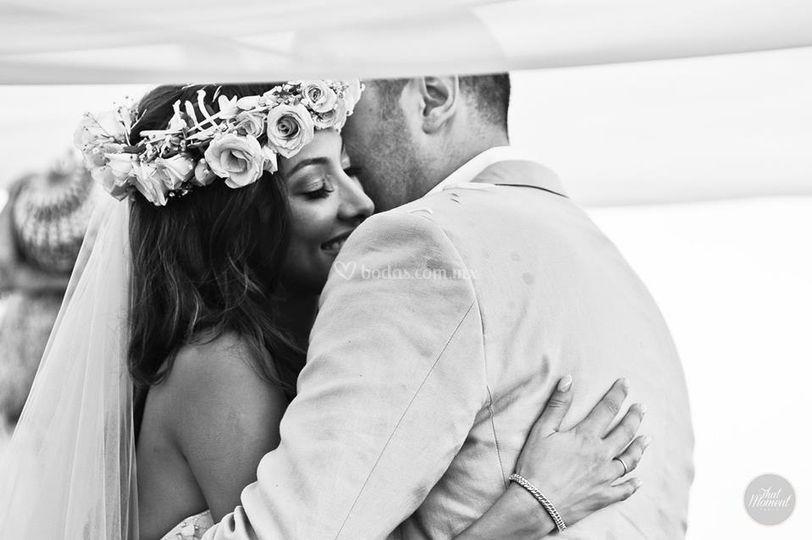 Abrazo de recién casados