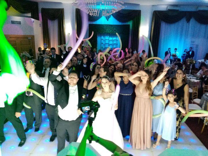 Todos los  invitados bailando