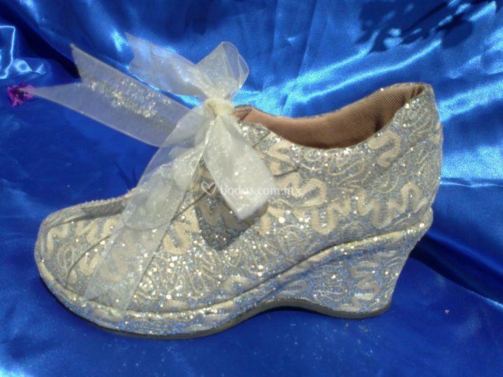 Zapato con plataforma bordado