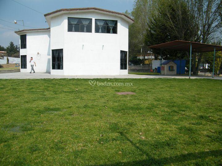 Jard n casa blanca for Casa para almacenaje jardin