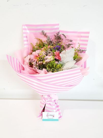 Ramo con rosa y flor surtida