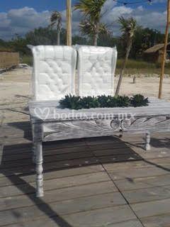 Mesa labrada y sillones prince