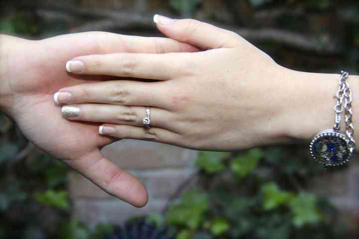 sesión de preboda manos de pareja con anillo de compromiso