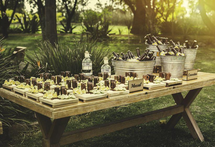 mesa con bebidas mezcal y cervezas