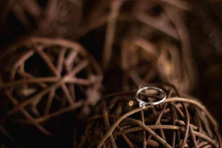 imagen anillo de compromiso elementos de madera