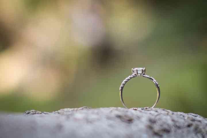 foto anillo de compromiso sencillo