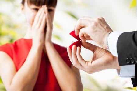 8 reacciones que no esperas de tus invitados al anunciar tu compromiso