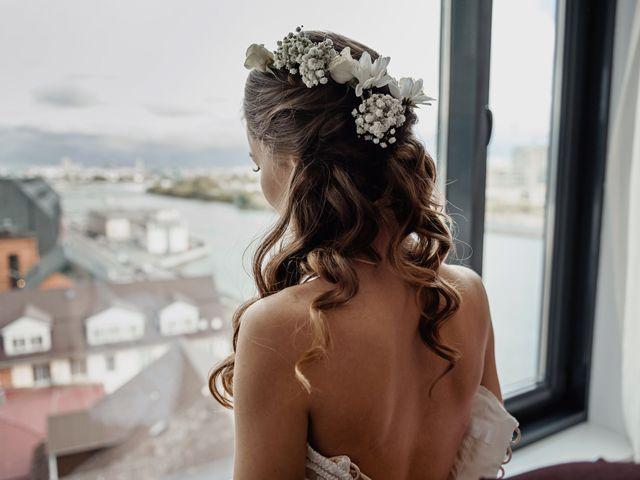 Peinados medio recogidos: un look casual para novias detallistas