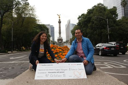 Karen y Roberto reciben el premio del sorteo a tan solo un mes de su boda