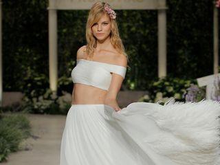 Plumas, esa tendencia que sobrevuela vestidos y accesorios de novia 2019