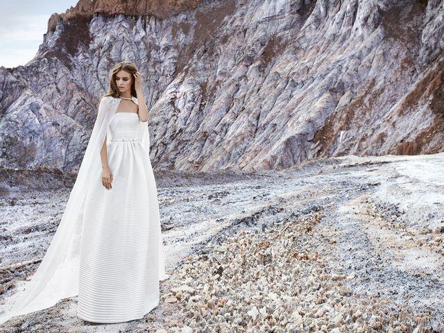 64bf4bfe7 14 vestidos de novia con capa para un look muy vanguardista