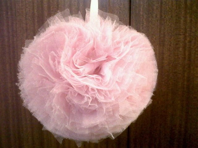 Pompones de tul para decorar tu boda