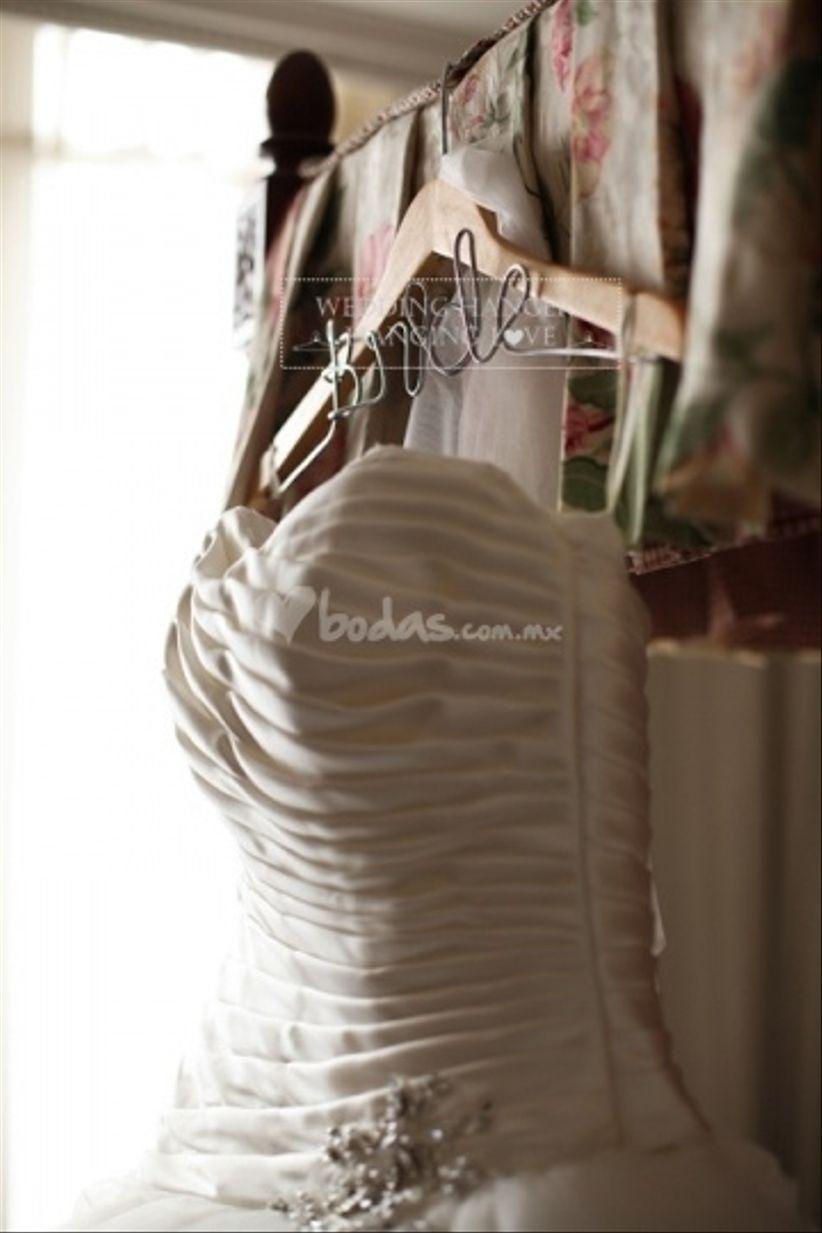 Tu vestido de novia en un gancho personalizado - bodas.com.mx