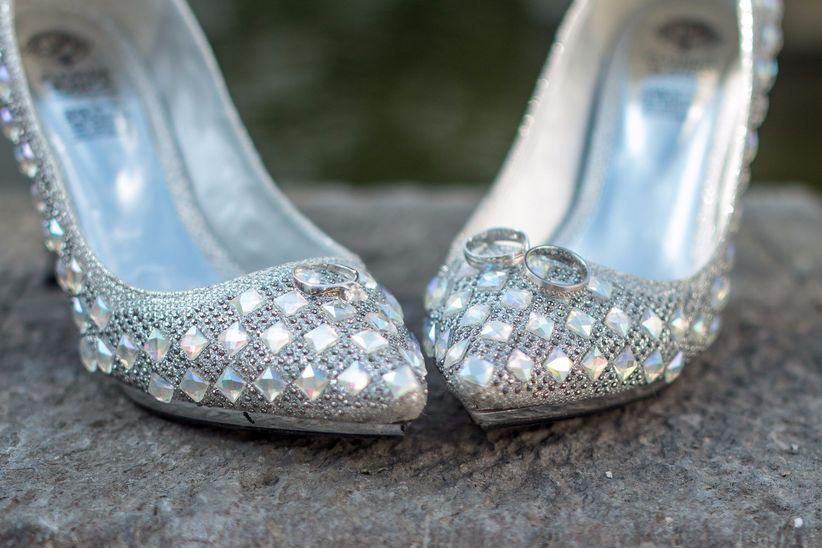 111ac29df Añade textura a tus zapatos forrándolos. Elige una textura que convierta a  tus zapatos en el calzado que te servirá para esas nuevas ocasiones   terciopelo ...