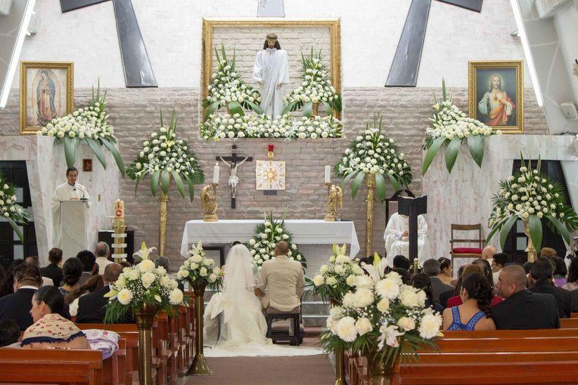 Ideas para decorar la iglesia de tu boda a bajo costo for Sillas para novios en la iglesia